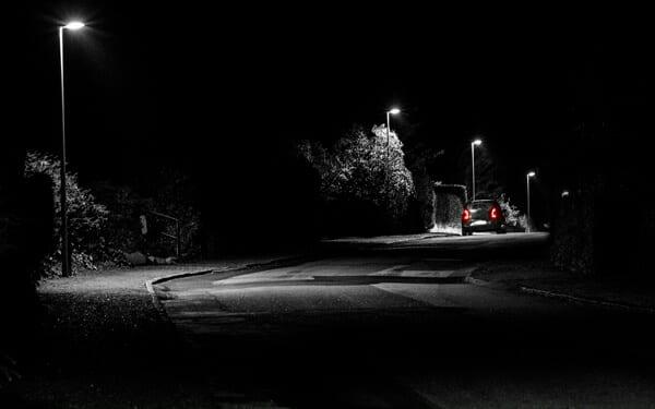 Villavej en mørk aften